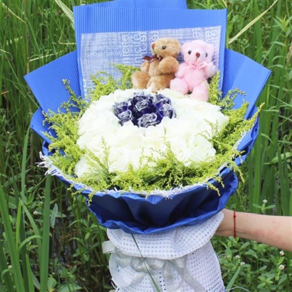精选29朵白玫瑰,7朵蓝玫瑰,黄莺外围
